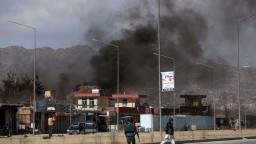 Na základňu afganskej armády zaútočili ozbrojenci, zabili desiatky ľudí