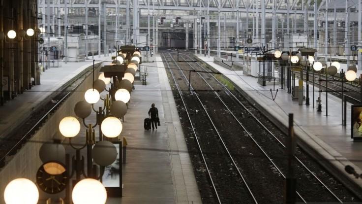 Na parížskej stanici zatkli muža s nožom, ľudia podľahli panike