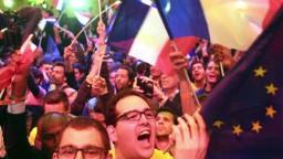 Francúzi rozhodli. Do druhého kola postúpia Macron a Le Penová