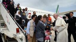 Pápež prirovnal utečenecké tábory ku koncentračným. Žiada ľudský prístup