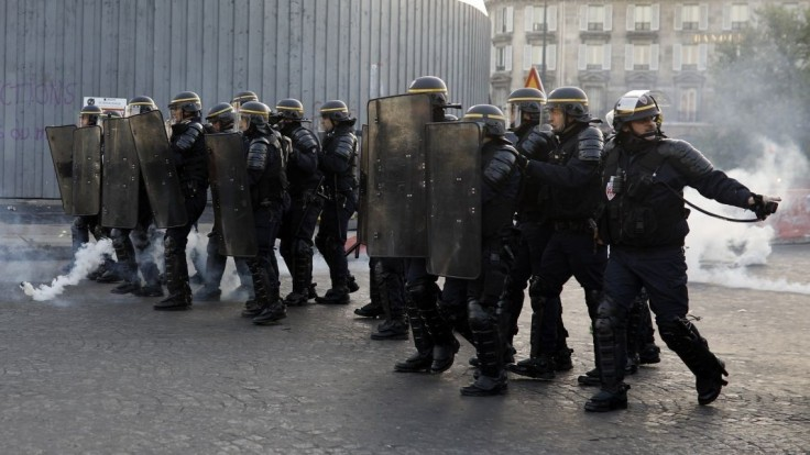 V centre Paríža vypukli nepokoje, zasiahnuť museli ťažkoodenci