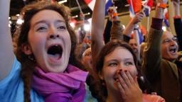 Proeurópsky Macron tesne zvíťazil nad líderkou krajnej pravice
