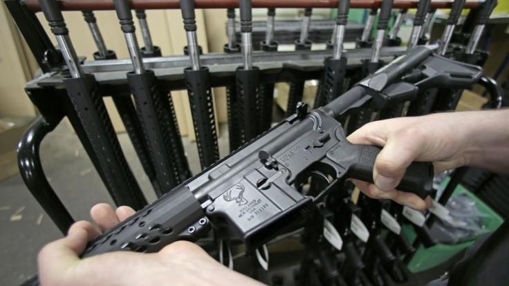 Krajiny Únie potvrdili sprísnenie držby zbraní, Česko pripravuje žalobu
