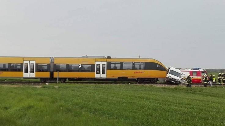 Vlak RegioJetu sa zrazil s dodávkou, tlačil ju desiatky metrov