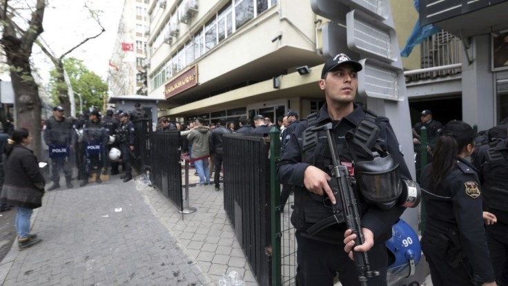 Po zadržaní tisícky tajných imámov prepustili aj 9000 policajtov