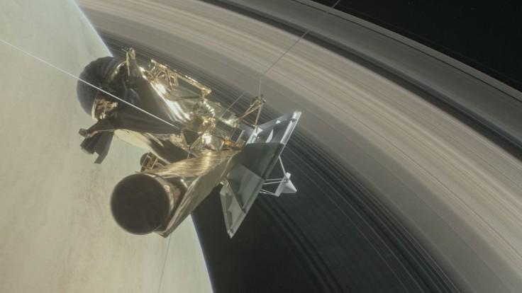 Sonda Cassini to dokázala. Po riskantnom prelete sa ozvala Zemi