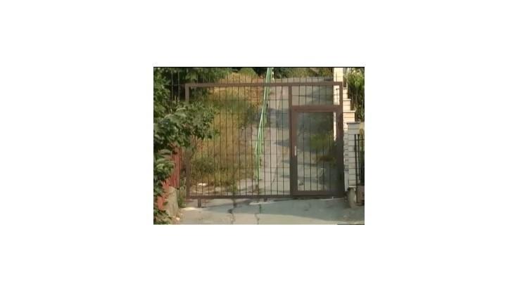 V Krompachoch postavili do cesty dve zamknuté brány
