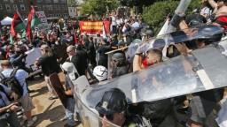 Organizátora protestov vo Virgínii vypískali, kritike čelil aj Trump
