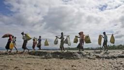 Rohingom vyhoreli domy. Vláda tvrdí, že si ich podpaľujú sami