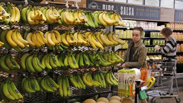 Do supermarketov sa dostal kokaín, policajti prehľadávajú banány