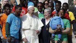 Pápež vyzval na pomoc migrantom, sám je synom prisťahovalcov
