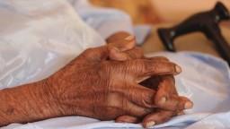 Kňaz viedol dom pre seniorov. Dôchodcov tam priväzovali k stoličkám