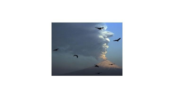 Mexický Popocatépetl chrlí popol
