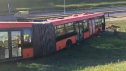 Autobus bratislavskej MHD po zrážke vyletel z cesty do priekopy