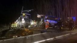 Vlak sa zrazil so školským autobusom, zahynulo niekoľko detí