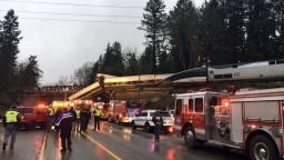 Vykoľajený vlak skončil na diaľnici, hlásia obete i zranených