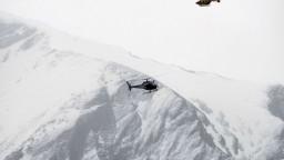 V kabínkach lanovky uviazli lyžiari, vyslobodili ich vrtuľníkmi