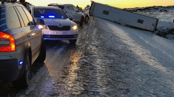 Na Islande vyletel z cesty autobus s turistami, jeden človek neprežil