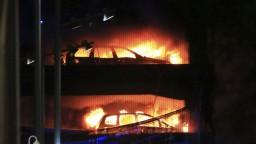 Parkovací dom v Liverpoole zachvátil požiar, zničil viac ako tisíc áut