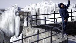 Extrémne mrazy komplikujú dopravu, časť mesta odstavili od vody