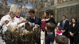 Počas vatikánskej slávnosti Pápež František pokrstil desiatky novorodencov