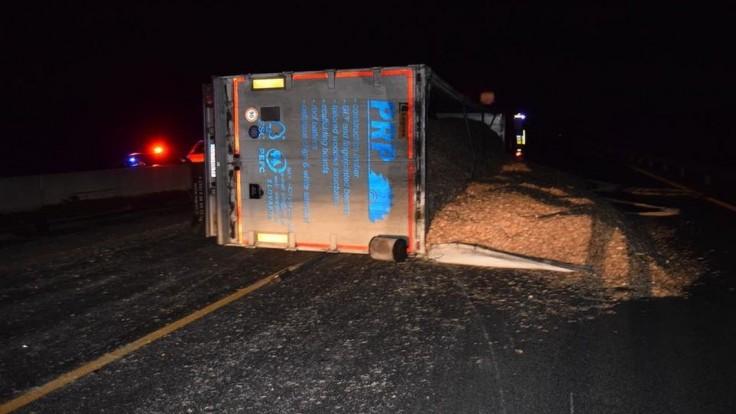 Na D1 sa prevrátil kamión, nehoda paralyzovala dopravu