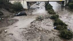 Kaliforniu sužujú silné záplavy a zosuvy pôdy, hlásia mŕtvych