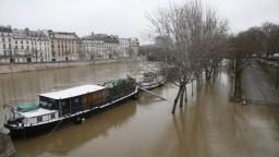 V Paríži stúpa voda. Pre hrozbu povodne uzavreli ďalšie ulice