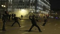 Protesty pred gréckym parlamentom sa zvrhli na výtržnosti