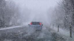 Silné sneženie a poľadovica spôsobili desiatky dopravných nehôd