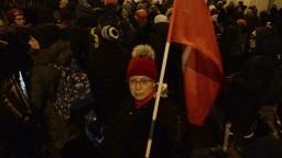 Centrálu poľskej vládnej strany zahádzali červenou farbou