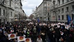 Maďarskí študenti požadujú zmeny, protestovali pred parlamentom