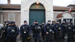 Muž, ktorý mal ubytovať útočníkov v Paríži, pôjde pred súd