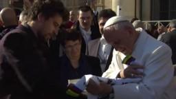 Sagan sa stretol s pápežom Františkom, priniesol mu darček