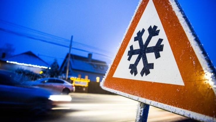 Vodiči by mali zvýšiť opatrnosť, meteorológovia varujú pred poľadovicou