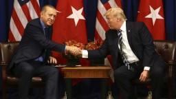 Obmedzte vojenskú operáciu v Sýrii, vyzval Trump Erdogana