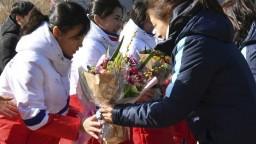 Juhokórejské hokejistky privítali svoje kolegyne kyticami kvetov
