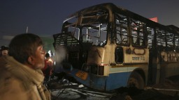 Autobus s pútnikmi sa zrútil z mosta, tragédiu neprežilo 12 ľudí