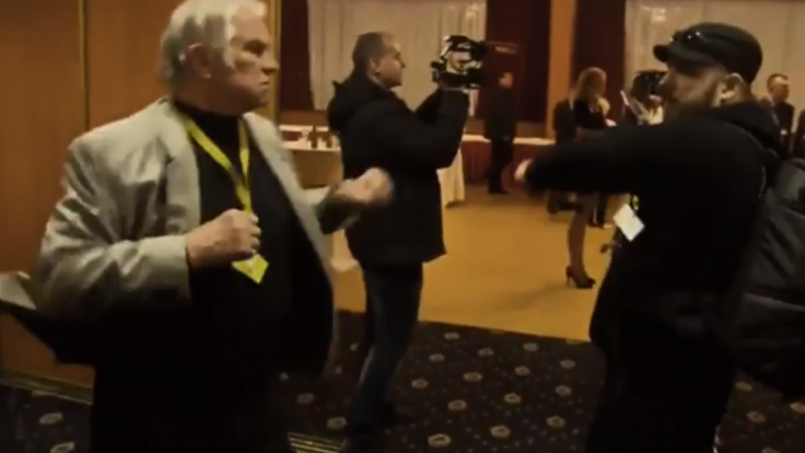 Zemanov volebný štáb sa zmenil na ring, napadli novinárov