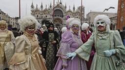 Benátky zdobia farebné masky. Začal sa tradičný karneval