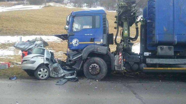 Auto sa čelne zrazilo s nákladiakom, vodič nemal šancu prežiť