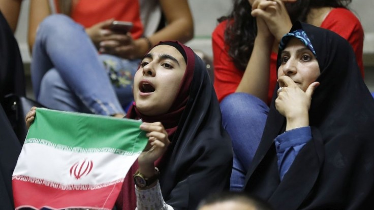 Iránčanky zvolili odvážny protest, nastokli svoje šatky na palice