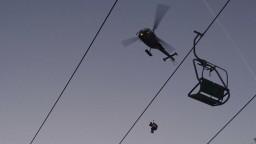 Lyžiari uviazli vysoko nad zemou, zasiahnuť museli vrtuľníky