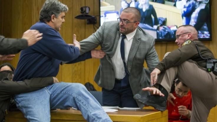 Otec zneužitých gymnastiek napadol na súde obžalovaného lekára
