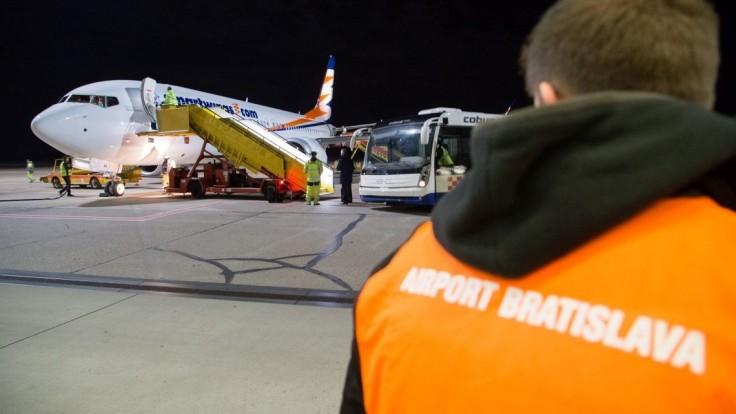 Fotogaléria: Nový Boeing 737 pristál na bratislavskom letisku