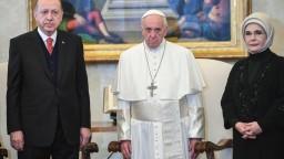 Turecký prezident pricestoval za pápežom, rozprávali sa hodinu