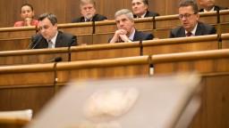 Rokovanie parlamentu aj o trinástom plate a vyvlastňovaní pozemkov