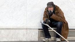 Bezdomovci v Paríži bojujú o prežitie, pred mrazmi sa nemajú kam schovať