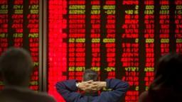 Akciové indexy sa opäť prepadli, investori presúvajú peniaze do dlhopisov