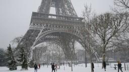 Eiffelovku zatvorili, sneženie uväznilo stovky vodičov v autách